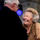 Was ist denn da so lustig Prinzessin Beatrix? Bei einer Preisverleihung kann sich die rüstige Prinzessin kaum vor Lachen halten.