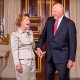 Beim Fotoshooting im Schloss anlässlich ihrer goldenen Hochzeit, kann sich Königin Sonja vor Lachen kaum halten.