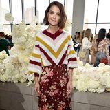 Katie Holmes zeigt sich in herbstlichen Rot- und Gelbtönen: Sie sieht sich die Show von Zimmermann in Blumenrock und Strickpulli an.