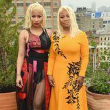 Rapperin Nicki Minaj undCarol Maraj posieren gemeinsam vor der Show von Oscar de la Renta.
