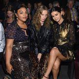 Selena Gomez (rechts) launchte gerade erst ihre zweite Kollaboration mit Coach. Auf der New Yorker Fashion Week lässt sie sich die Show natürlich nicht entgehen und nimmt in der Front Row Platz.