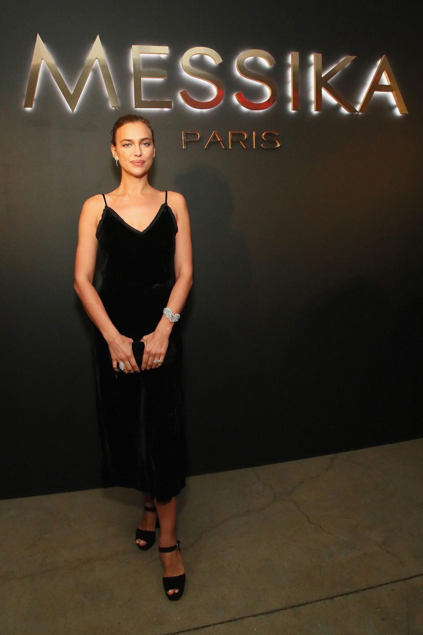 Irina Shayk lässt ihren Schmuck bei der Party von Messika für sich sprechen und trägt ein schlichtes, schwarzes Kleid.