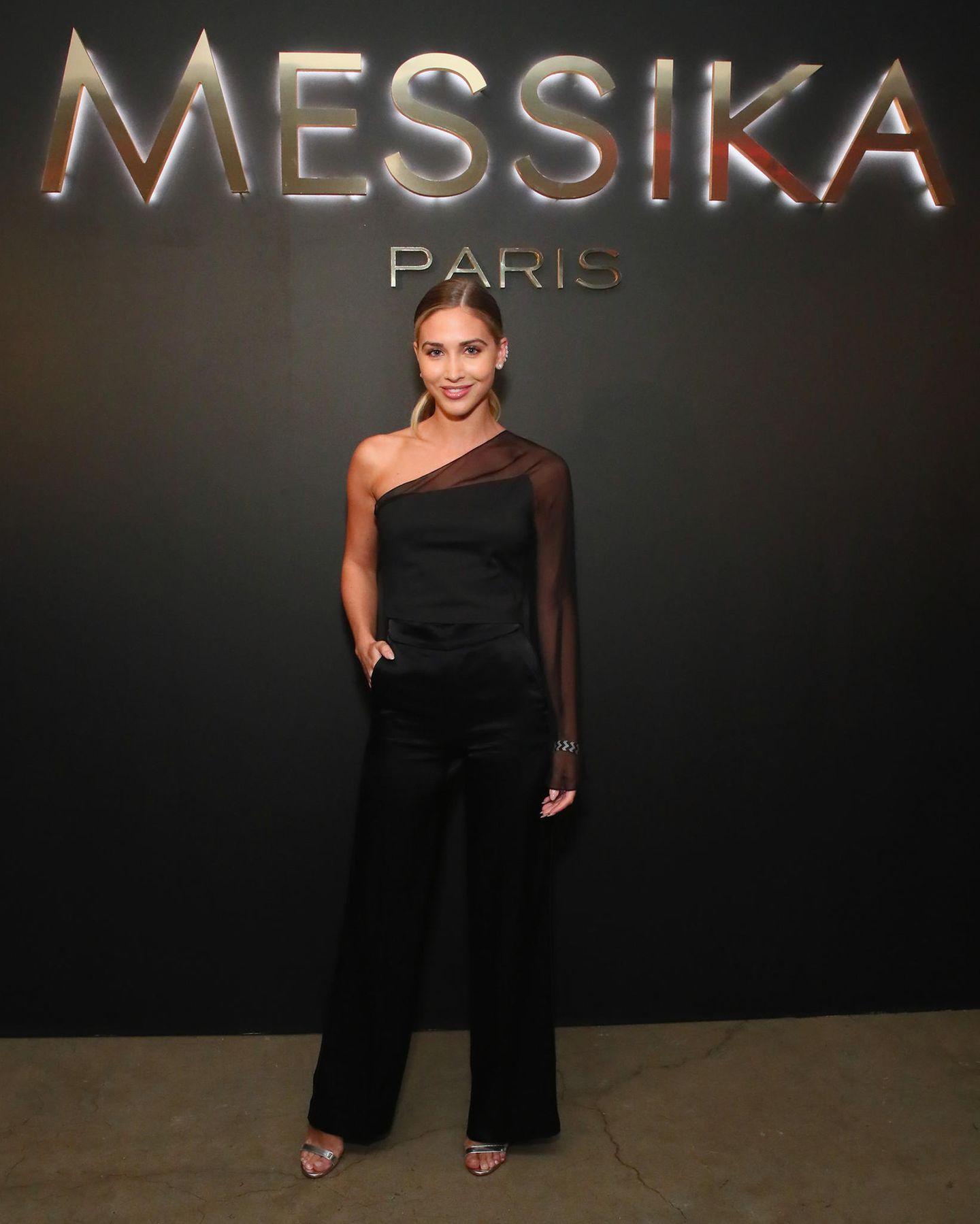 Auch Ann-Kathrin Götze setzt an diesem Abend auf Schwarz: Sie trägt einen Hosenanzug mit One-Shoulder-Ausschnitt.