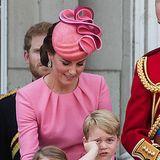 Hier liegen Leid und Freud ganz nah beieinander. Prinz George scheint die Nase voll zu haben von der Trooping the Colour Veranstaltung. Prinzessin Charlotte hingegen beobachtet noch freudig das Geschehen.