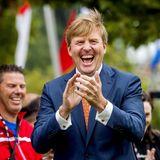 Bei der Eröffnung eines Fußballspiels hat König Willem-Alexander so richtig viel Spaß.