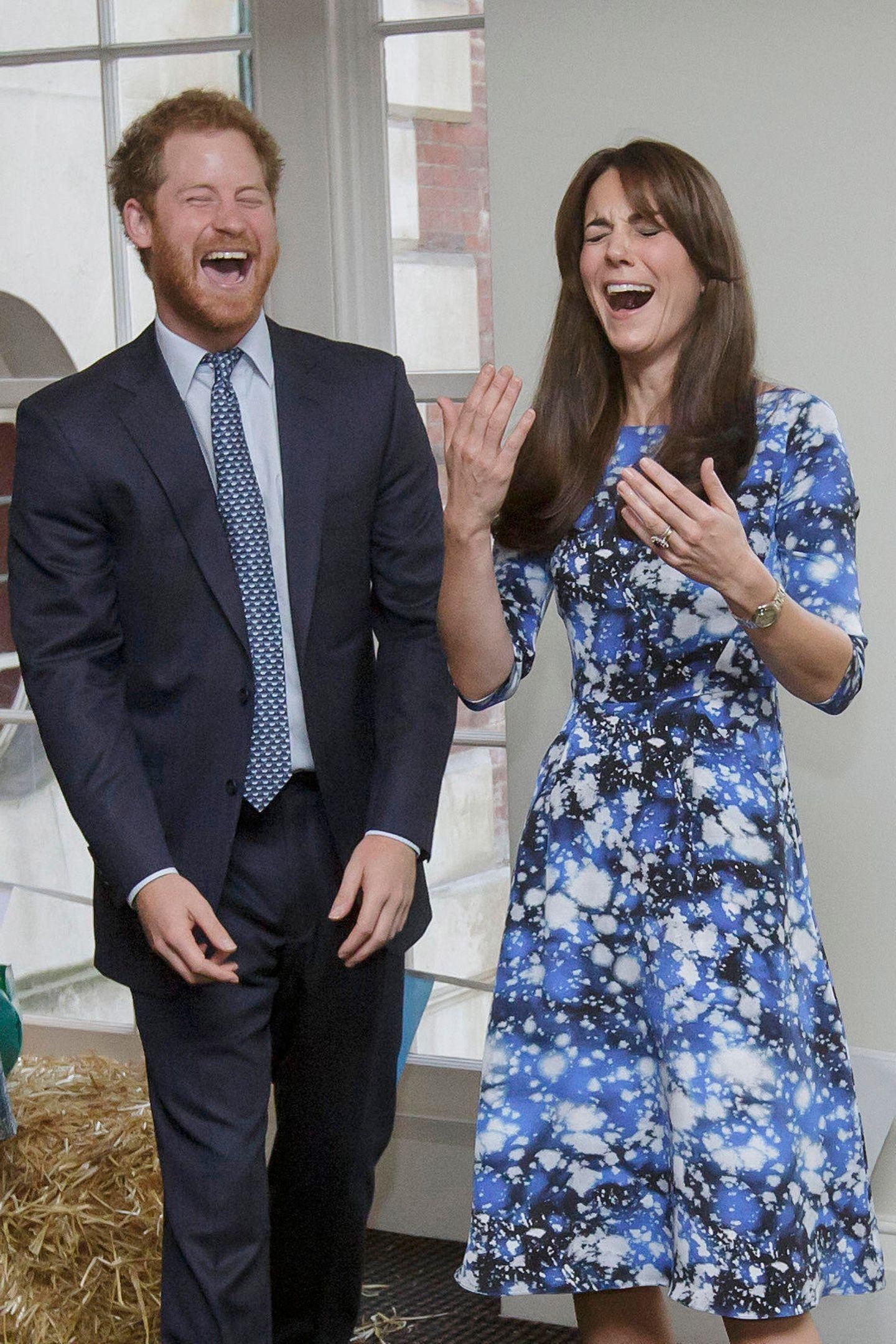 Muss Herzogin Catherine etwa niesen? Nein Prinz Harry und sie haben bei dem Besuch einer Wohltätigkeitsorganisation einfach nur Spaß.