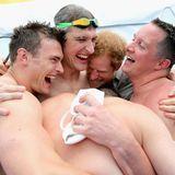 Nachdem das Schwimmteam bei den Invictus Games eine Goldmedaille gewinnt, ist Prinz Harry mit den Gewinnern total aus dem Häuschen.