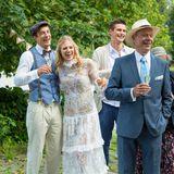 Das Brautpaar Viktor und seine Gäste bemerken amüsiert, wie sich Taifun bereits am Hochzeitsmahl bedient.