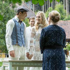 Ja, ich will! Viktor und Aliciawerden im Beisein vonBoris (Florian Frowein, 2.v.l.), Tina (Christin Balogh, r.) und weiteren Hochzeitsgästen von Standesbeamtin Wiener (Stefanie Oestreich) getraut.