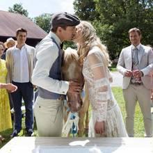 Ein Kuss für die Ewigkeit! Alicia und Viktor sind endlich Mann und Frau.Denise (Helen Barke, l.), Romy (Désirée von Delft, 2.v.l.),Paul (Sandro Kirtzel, 4.v.l.) freuen sich mit, ebensoBoris und Tobias(Max Beier, r.).