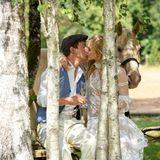 Zärtlich und überglücklich küssen sich Viktor und Alicia am Tag ihrer Hochzeit. Ihr Pferd Taifun darf da natürlich nicht fehlen.