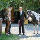 """Werner hat für Viktor und Alicia ein besonderes Hochzeitsgeschenk: das Pferd """"Cassie""""."""
