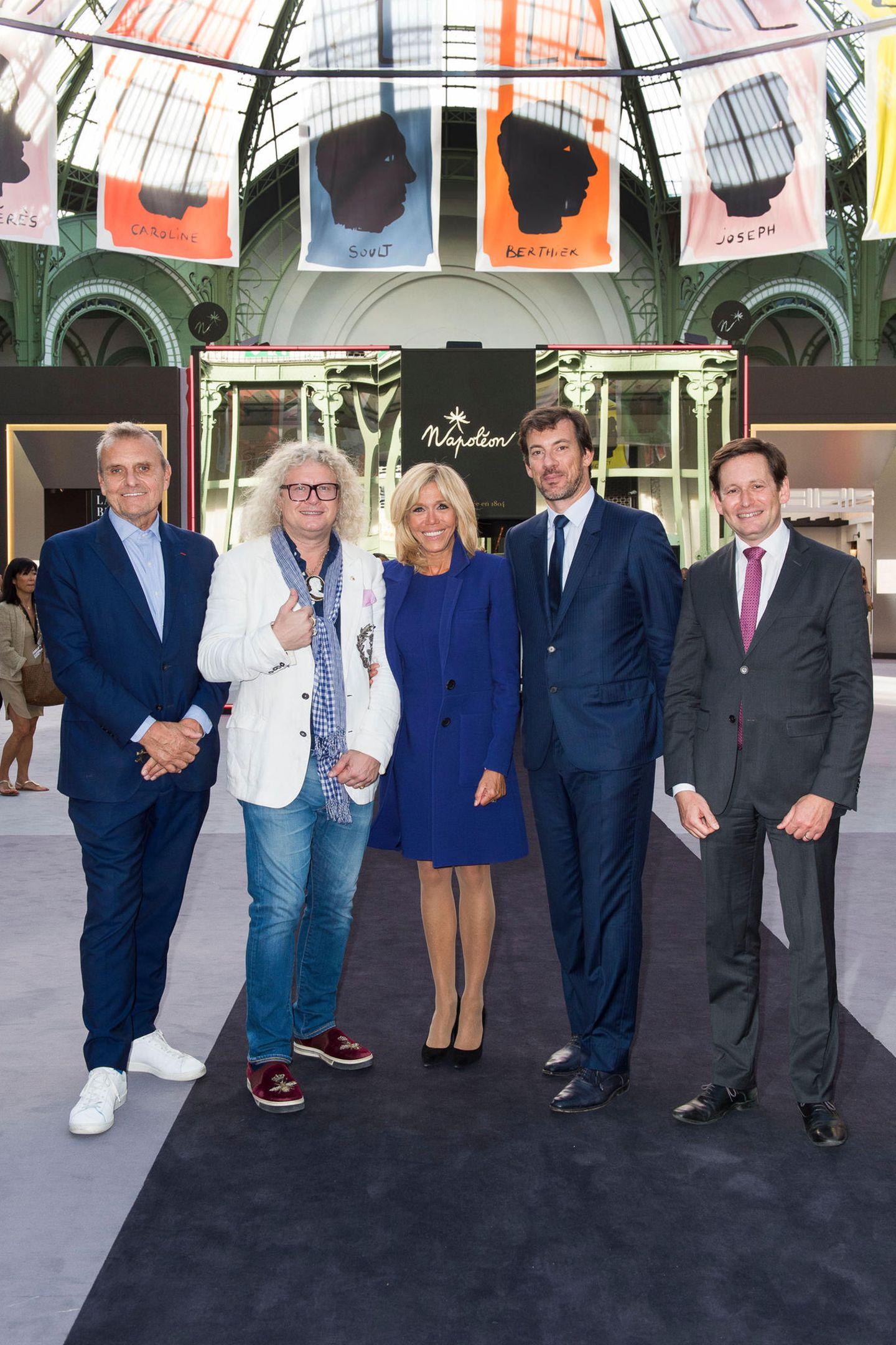 Die Biennale in Paris feiert in diesem Jahr ihr 30. Jubiläum, unddie kunstinteressierte Brigitte Macronbesucht die Ausstellung im Grand Palais im eleganten, royalblauen Ensemble.