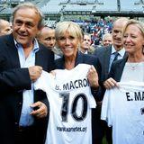 Vom ehemaligen UEFA-Präsidenten Michel Platini bekommt Madame Macron noch ein Trikot für sich und ihren Mann überreicht, das wird aber wohl eher in der Sammlung der symbolischen Geschenke verschwinden als in ihrem Kleiderschrank.