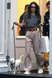 Wenn Emily Ratajkowski mit ihrem Hund Gassi geht, dann nicht inirgendeinem Outfit: Ihr Street-Style ist Emilygenauso wichtig, wie ihr Red-Carpet-Look. Mit High-Waist-Stoffhose im Boyfriend-Style spaziert das Modellässig und sexy zugleich durch die Straßen vonNew York City. Kombiniert wird die karierte Hose mit einem Crop-Top und schlichten Sneakern. Bei Emily wirkt selbst dieunspektakuläre Shopping-Bag über ihren Schultern als edles Accessoire.