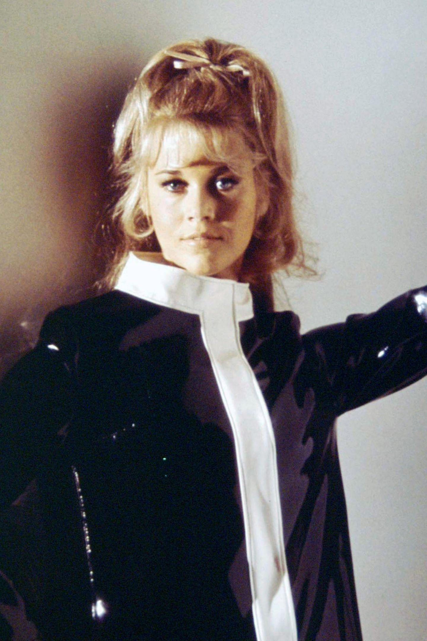 """In den 60er und 70er Jahren war Hollywood-Star Jane Fonda durch Filme wie """"Barbarella"""" und später ihreweltweit gehypten Fitness-Videos nicht nurein echtes Sexsymbol, sondern auch mit anspruchsvolleren Rollen sehr erfolgreich. Schließlich kann sie zwei Oscars und unzählige andere Preise ihr eigen nennen."""