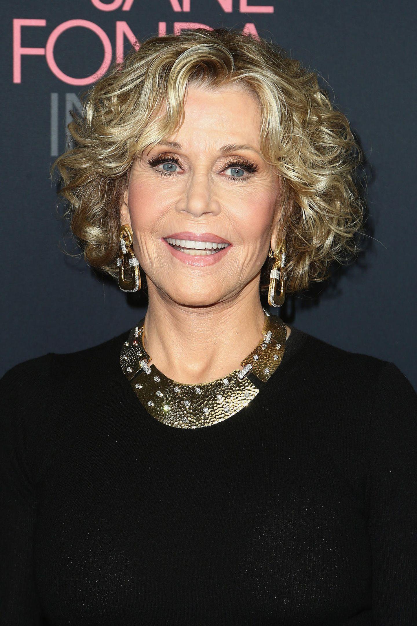 """Kaum zu glauben, dass Jane Fonda bereits 80 Jahre alt ist. Hier und da mögen neben lebenslanger Fitness wohl kleinere Eingriffe vom Beauty-Doc den Alterungsprozess verlangsamt haben, ihre tolle Ausstrahlung hat in den Jahren aber nichts eingebüßt. Jetzt feierte sie gerade in L.A. die Premiere ihres eigenen Dokumentarfilms """"Jane Fonda In Fünf Akten"""", und wir sind gespannt auf weitere."""