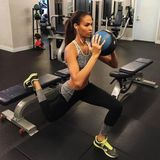 Sobald die alljährliche Victoria's Secret Show näher rückt, intensiviert Joan Small ihr Training. Dabei konzentriert sie sich nicht nur auf eine Sportart, sondern gestaltet ihr Sportprogramm vielseitig.