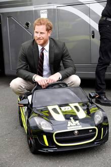 13. September 2018  Achtung, hier kommt Harry! Der Prinz hat es sich in einem Mini-Rennauto gemütlich gemacht.