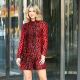 In dieser Saison tragen die Stars den Animalprint auch in knalligeren Farben. Dieses Kleid in Rottönen von Joanna Krupa gefällt uns ganz besonders gut.