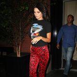 Auch ihre Model-Freundin Kendall Jenner ist dem Animal-Print-Trend verfallen und betont in einer Leohose in Rottönen ihre tollen Beine.