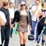 Ganz schön knapp! Sängerin Lady Gaga setzt bei diesem Look auf weniger ist mehr - zumindest was den Stoff angeht. Sie kombiniert zu einem sexy Minikleid in Leo-Optik eine schwarze Lederjacke und hohe Stiefelletten.
