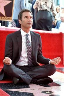 """13. September 2018  """"Perception""""-StarEric McCormack bekommt einen Stern auf dem Walk of Fame. In lockerer Meditationspose nimmt der Schauspieler die Ehrung entgegen."""