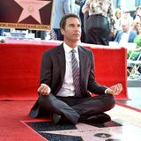 "13. September 2018  ""Perception""-Star Eric McCormack bekommt einen Stern auf dem Walk of Fame. In lockerer Meditationspose nimmt der Schauspieler die Ehrung entgegen."
