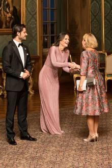 """Das Kleid vom schwedischen Label """"Stylein""""ist an der Taille gerafft und betont so die schmale Silhouette der Zweifach-Mama. Der Crepestoff umspielt fließend ihre Figur und liegt auf dem Boden auf."""