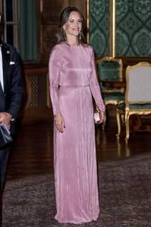 Prinzessin Sofia von Schweden erscheint in einem rosafarbenen Kleid zum jährlichen Schwedendinner. Das Kleid besticht durch seinen schlichten Schnitt; hochgeschlossen, bodenlang und mit langen Ärmeln.