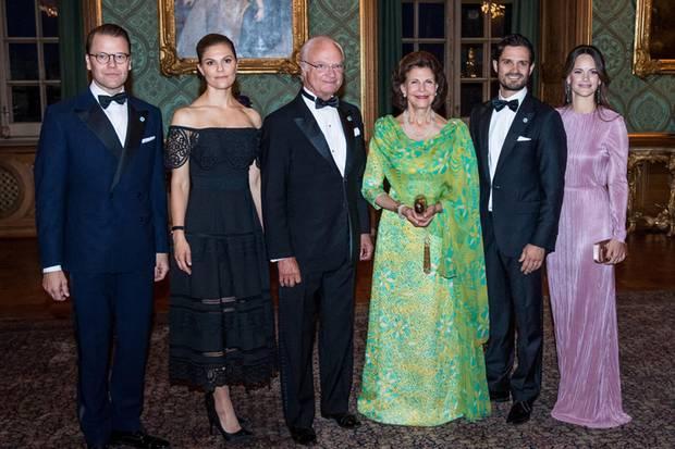König Carl Gustaf wurde zum Schwedendinner nicht nur von Königin Sivlia, sondern auch von seinen Kindern Prinzessin Victoria und Prinz Carl Philip sowie seinen Schwiegerkindern Prinz Daniel undPrinzessin Sofia begleitet.
