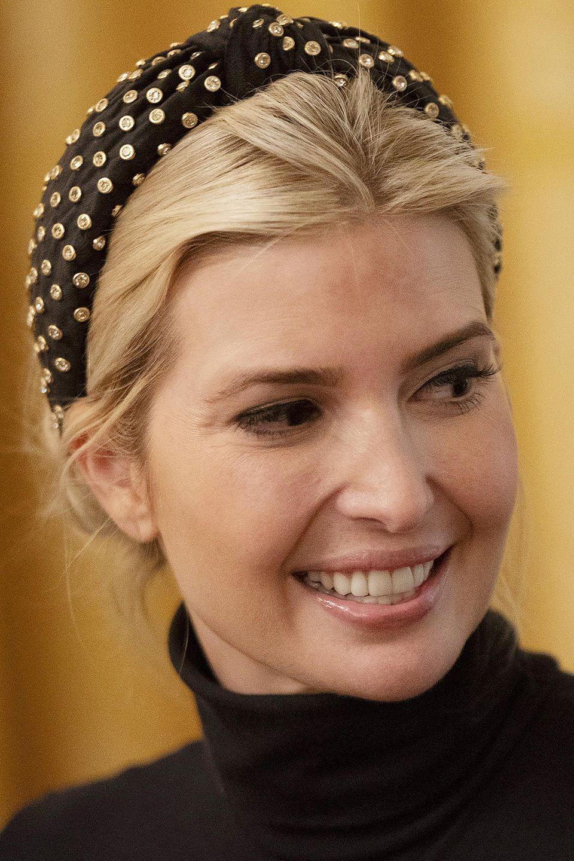 Zu einem Empfang im Weißen Haus erscheint Ivanka Trump mit einem auffälligen Haarband. Sie trägt ihr blondes Haar in einem Dutt und dazu ein schwarzes Haarband mit goldenen Applikationen. Auch der Rest des Looks ist in Schwarz und Gold gehalten.