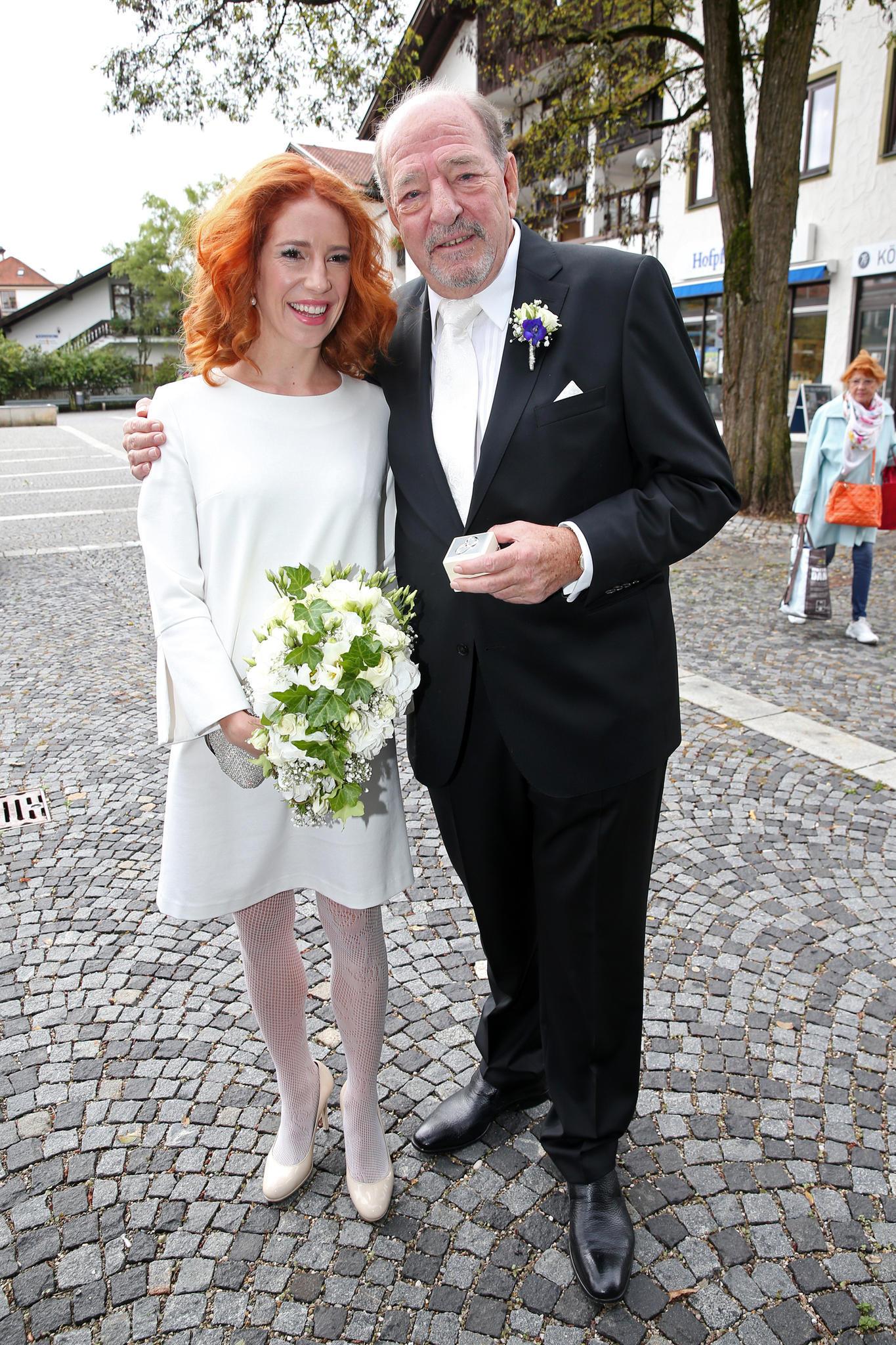 Laura Käfer erschien zu ihrer Hochzeit mit Ralph Siegel ganz in weiß. Ihre Haare trägt sie leicht gelockt, ihr Brautstrauß ist ein echter Hingucker.
