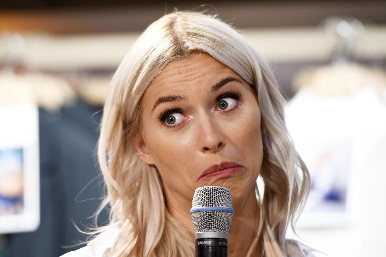 """Beim Late-Night Shopping Event unter dem Motto """"Style Your Life"""" im Esprit Store in Düsseldorf zieht Model Lena Gercke während eines Interviews lustige Grimassen."""