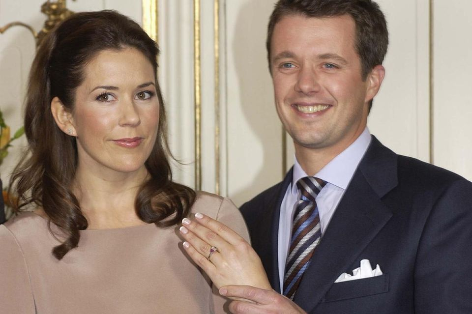 Die offiziellen Verlobungsbilder von Mary und Frederik zeigen einen äußerst stolzen Prinzen, der den Ring seiner Verlobten in die Kamera hält.