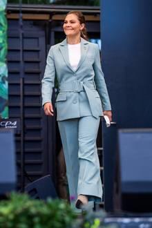 """In einem hellblauen Anzug des schwedischen Labels Rodebjer erscheint Prinzessin Victoria bestens gelaunt zum """"Haltet Schweden sauber""""-Tag. Darunter trägt sie ein hochgeschlossenes weißes Shirt."""