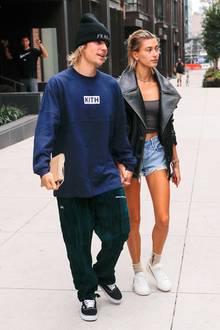 Es ist ihr erster Auftritt als angeblich verheiratetes Paar; Hailey Baldwin räumt jedoch schnell mit den Gerüchten auf und dementiert via Twitter. Während Justin in Sweatpants und mit Mütze einen eher gemütlichen Eindruck macht, zeigt sich das Model in Jeans-Hotpants und Lederjacke von ihrer rockigen Seite.