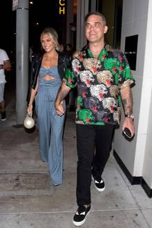 Robbie Williams und seine Frau Ayda Field gönnen sich auch nach acht Ehejahren ab und zu eine Auszeit als Paar. Ohne Kids, aber dafür in stylischen Outfits sind sie in Los Angeles unterwegs in ein Restaurant.