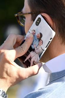 Prinz Daniel hat seine Liebsten immer ganz nah bei sich. Ein zauberhaftes Familienbild von Prinzessin Victoria und den Kindern Oscar und Estelle ist auf seinem Handycover zu sehen.