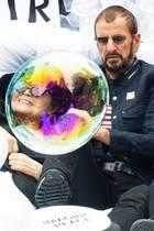 """13. September 2018  Yoko Ono stellt gemeinsam mit Ringo Starr und Jeff Bridges die berühmte """"Bed In""""-Szene in New York nach. Dabei entsteht dieser lustigeSchnappschuss mit der Seifenblase vor Yoko Onos Gesicht."""