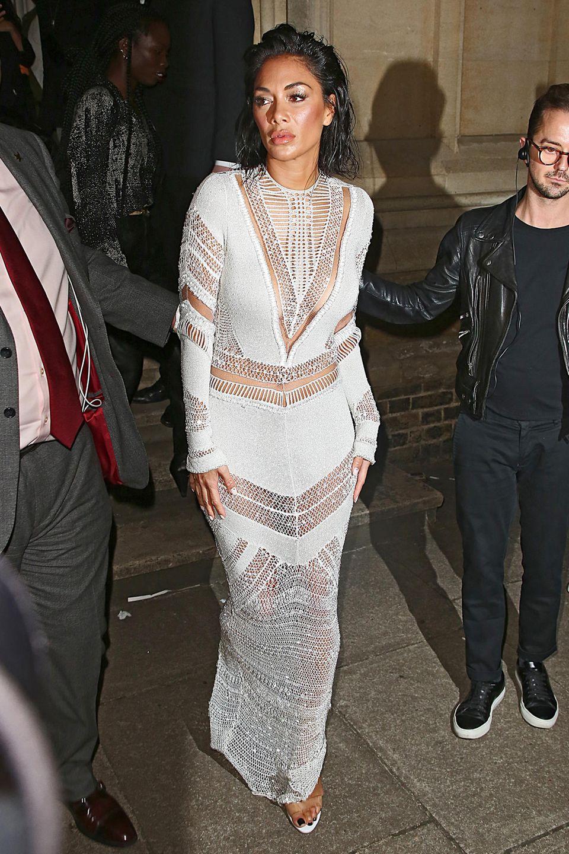 Etwas verträumt, aber im weißen Dress von Julien Macdonald ziemlichsexy zeigt sich Nicole Scherzinger in der Front Row des Designers.