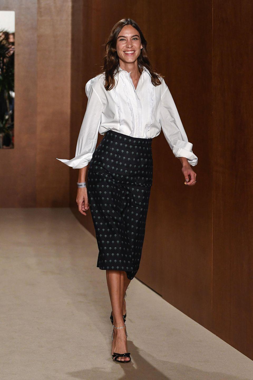 Neu-Designerin Alexa Chung sieht man die Freude nach ihrem Fashion-Show-Debüt regelrecht an.