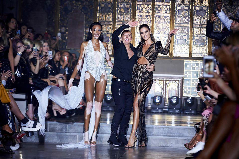 Designer JulianMacdonald lässt sich nach einer gelungenen Show mit Winnie Harlow und Izabel Goulartan seiner Seite von seinem Publikum feiern.