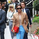 Gut gelaunt und farbenfroh zeigt sich Victoria Beckham, die nach den letzten Jahren in New York ihre Entwürfe auch mal wieder in ihrer Heimatstadt präsentiert.