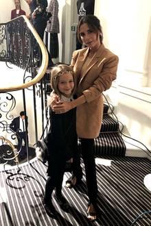 """16. September 2018  Süße Premiere für Töchterchen Harper: Mit ihrer stylishen Mama Victoria Beckham wird die Glitzer- und Glamourwelt der """"London Fashion Week"""" bestaunt."""