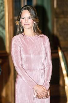 Um die Leichtigkeit des Pastellkleides aufzugreifen, schminkt sich Prinzessin Sofia dazu nur ganz dezent und konzentriert sich auf ihr Blush. So bleibt der zarte, mädchenhafte Look bestehen. Ihre Fingernägel sind allerdings das komplette Gegenteil. Sie sind dunkel lackiert und wirken so leicht rockig. (Das dürften Kate und Meghan nicht.)