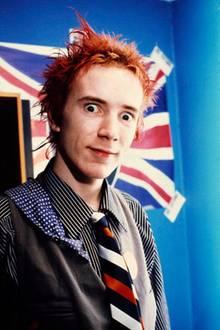 """Ok, darüber, wieviel Sexappeal der """"Sex Pistols""""-Frontmann Johnny Rotten in seinen besten Punk-Zeiten besaß, ließe sich streiten, eine Musik-Legende ist er nichtsdestotrotz. Heute selbstverständlichauch noch, allerdings hat sich seine äußere Erscheinung seit diesem Bild von 1977 doch ein wenig verändert."""