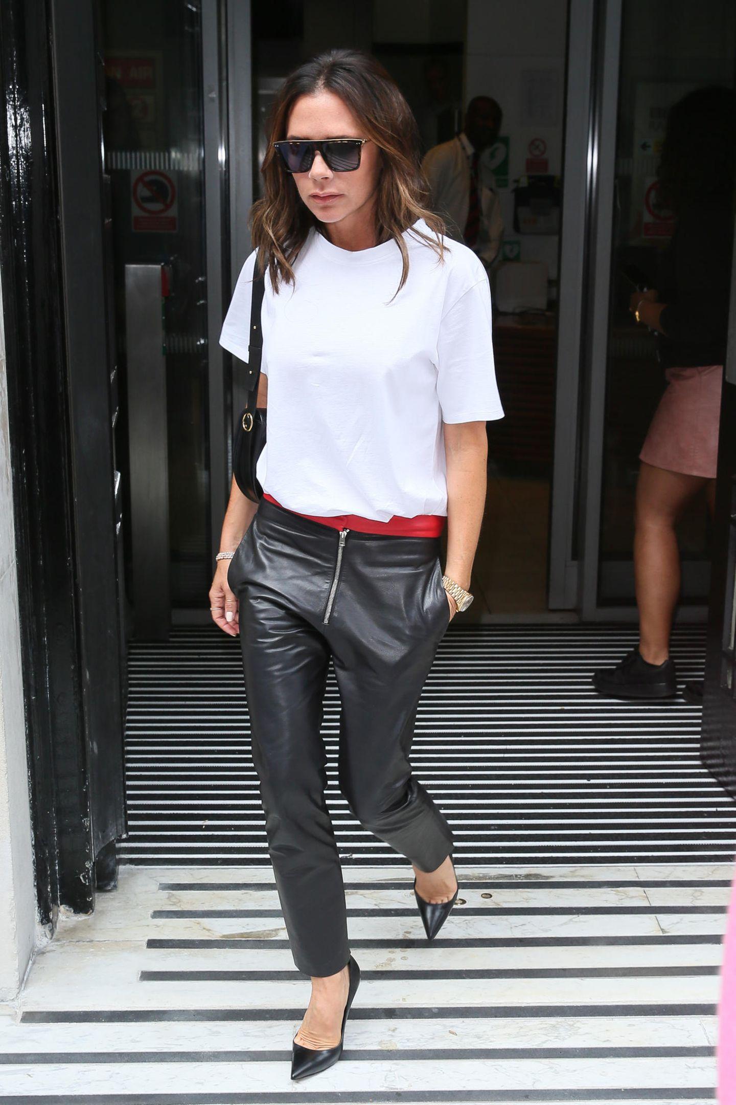 Selbst wenn Victoria Beckham sich einmal für einsportlichesOutfit entscheidet, ist dieses noch immer äußerst cool. Ihr aktueller Liebling für den Herbst 2018: ihre weite Lederhose mit rotem Bündchen.