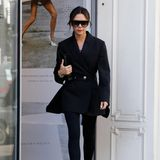 Am nächsten Tag der Fashion Week ist Victoria Beckham wieder ganz in ihrem Element und kleidet sich von Kopf bis Fuß in Schwarz.