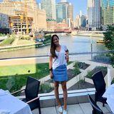 """An Chicagos Riverside genießt Ana Ivanovic ein wundervolles Mittagessen mit ihrem Liebsten, Bastian Schweinsteiger. Dafür ist sie in einen hellblauen Mini geschlüpft, für den sie sich auf Instagram direkt entschuldigt. """"Ich schwöre, mein Rock war vor dem Essen noch weniger zerknittert."""""""